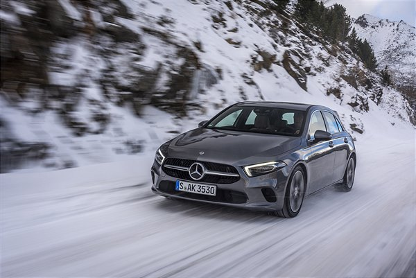Mercedes-Benz A 250 4MATIC; mountaingrau metallic, Leder macciatobeige/schwarz